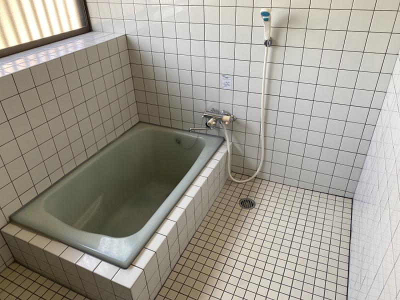 浴室。1坪(畳2枚)でゆったりくつろげます。(風呂)