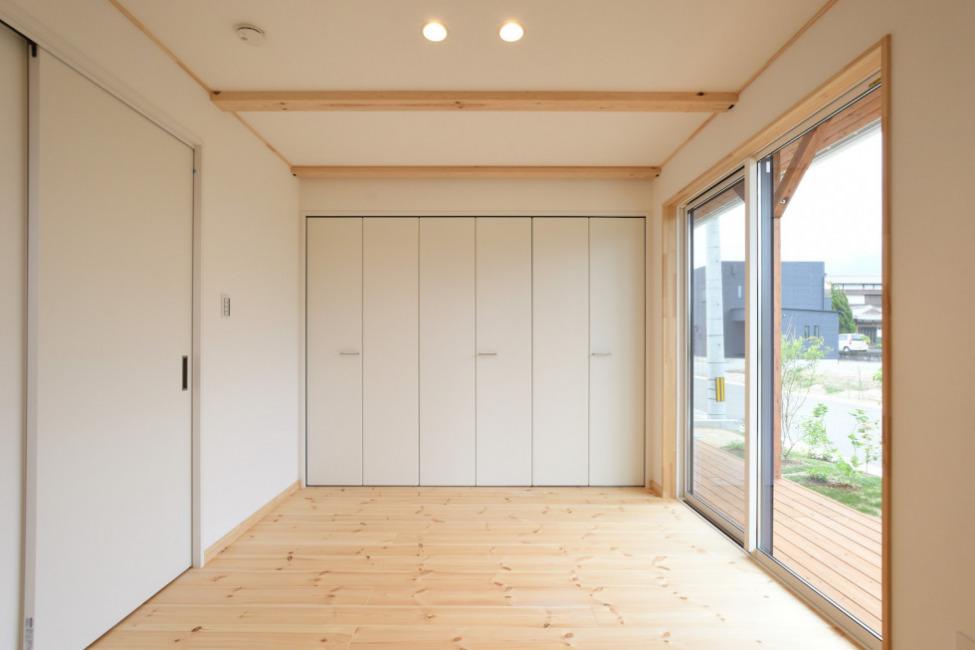 1階洋室1(6.2帖)。人気の1階寝室。お洋服がたっぷり収納できます!(寝室)