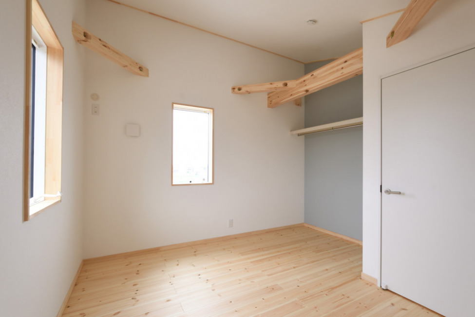 2階洋室2(7帖)。ブルーのアクセントクロス(子供部屋)