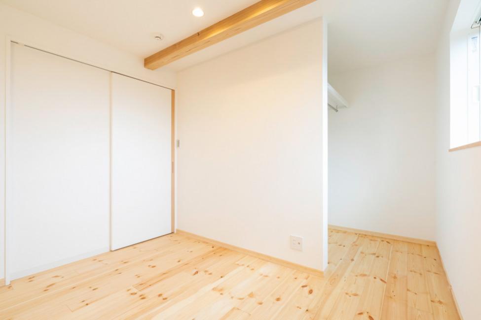 2階子供部屋。造作の扉がおしゃれな空間です。(子供部屋)