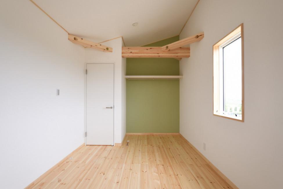 2階洋室3(7帖)。グリーンのアクセントクロス