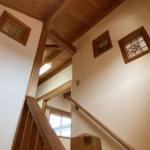 2階の天井も勾配で無垢材で仕上げています。