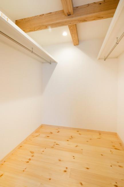 広々とした2階ウォークインクローゼット(内装)