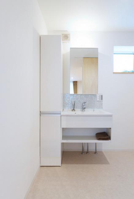 洗面化粧台横にはたっぷり置ける収納付き!(内装)
