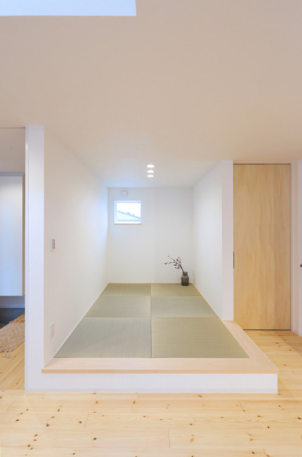 LDKにある小上がりの和スペースは座ってリビングやキッチンの家族と会話ができます。(居間)