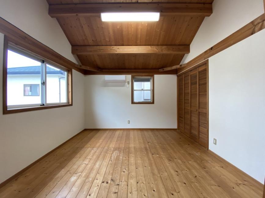 8帖の洋室。木質感たっぷりの勾配天井です!右手にはクロゼットがついています!