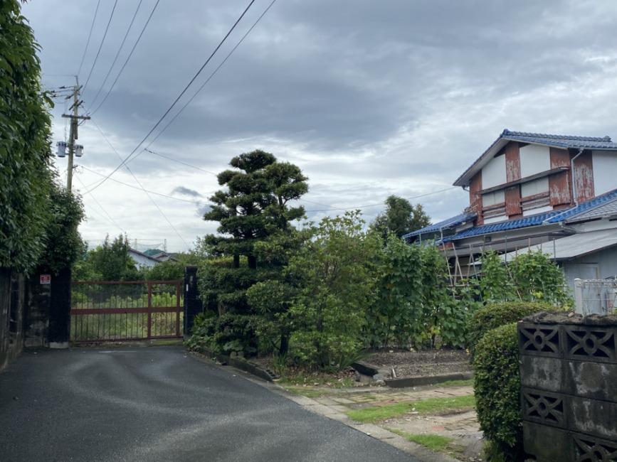 私道から敷地付近を撮影。