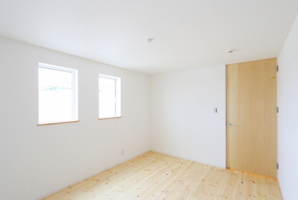 2階洋室7.2帖。 天井までのハイドアで、扉を開けた時に天井に枠がなく、スッキリした印象に仕上がっています!(内装)