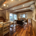 床は無垢板、腰板付きで梁も見せていて木質感満載です!(居間)