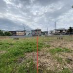 敷地から道路側を撮影。南側道路を挟んで住宅街になります。
