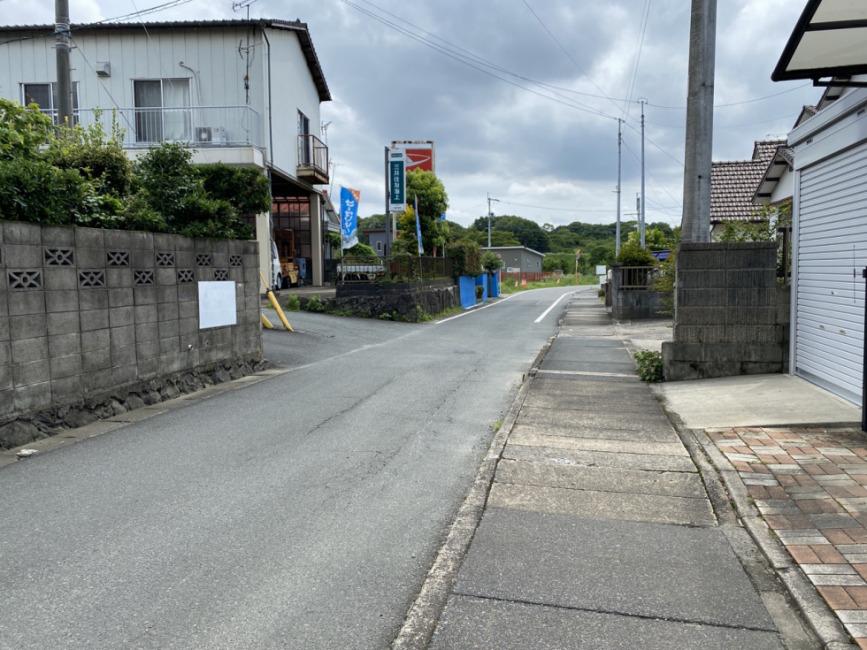 市道から私道への入口部分。北西から撮影