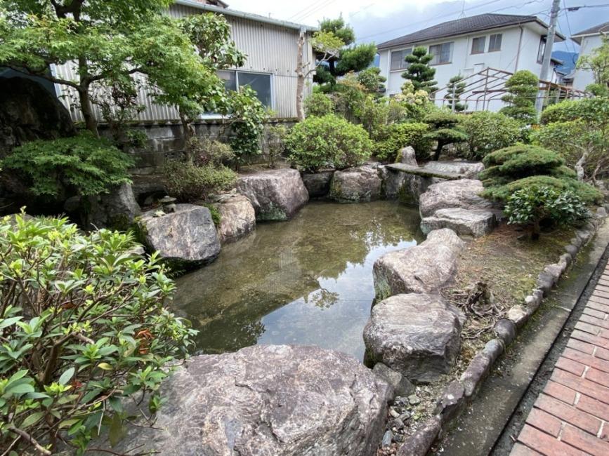 池は、南から東へL形につながっています!
