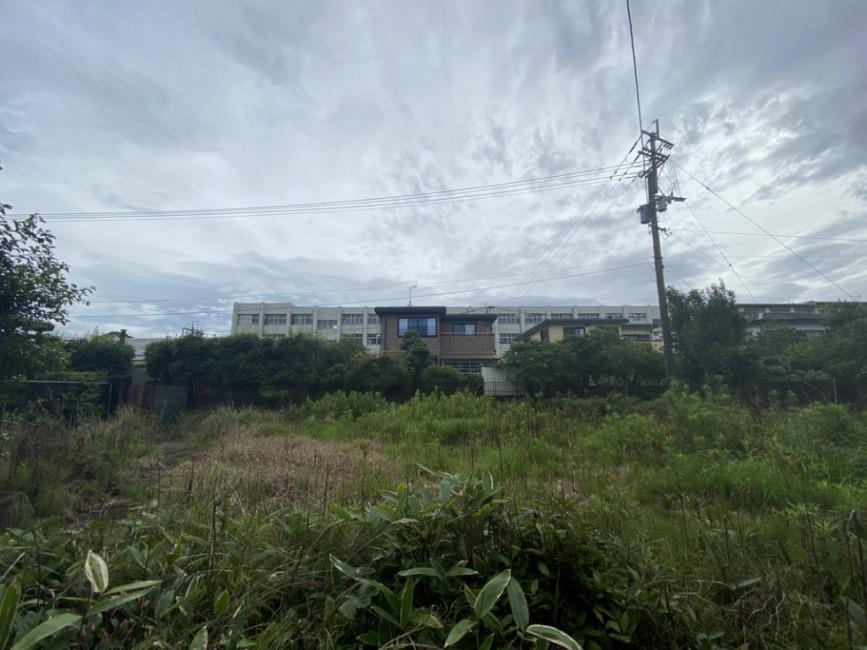 敷地を南→北で撮影。正面に見えるのが明星中学校です。
