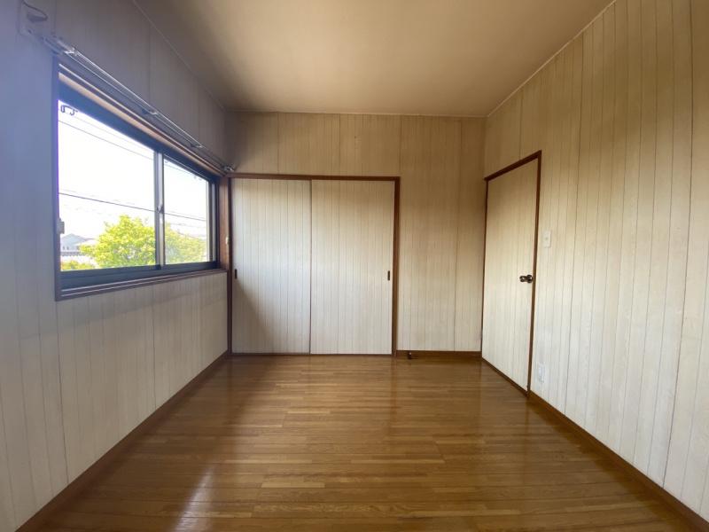 2階西側洋室。約1.6mの収納があります。