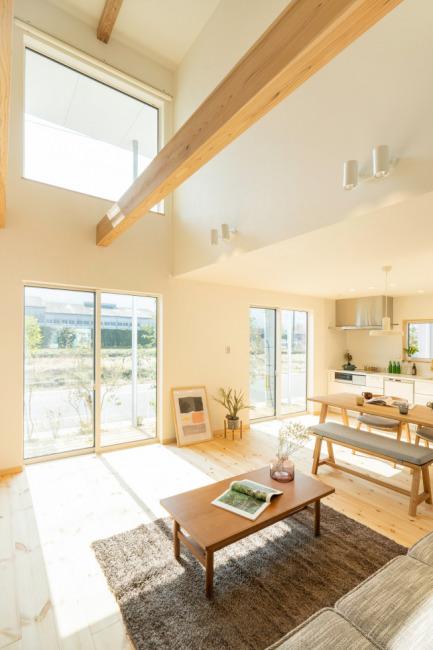 吹き抜け上部のFIX窓から差し込む日差しがあたたかな空間にしてくれます。(居間)