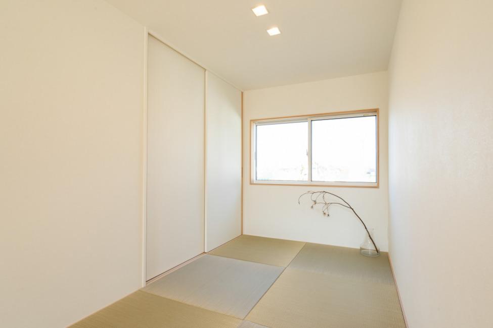 リビング横にある和スペース。収納もしっかりあるので便利です。(内装)