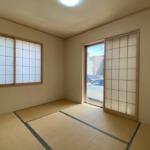 リビングにつながる和室です。窓が2箇所で明るいです!