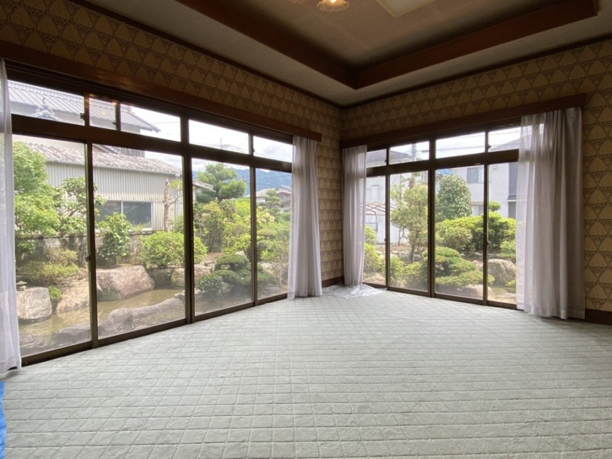 大型の窓が南と東側に設置されお庭や池をご覧いただけます!