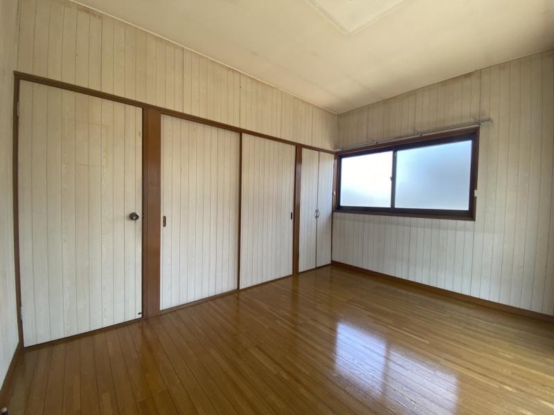 2階東側洋室。約1.6mの押入れと0.8mの収納があります。