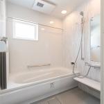 冷気をシャットアウトするW断熱構造。TOTO製ほっカラリ床。1台4役の浴室換気乾燥暖房機を標準装備。※2018年同仕様施工写真(風呂)