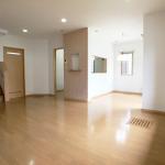 LDK:対面キッチンは周りからの視線をさえぎれる半独立型です。(居間)
