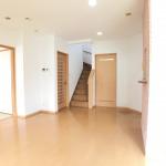 リビング階段です。和室ともつながっていて使いやすい間取りです。(居間)