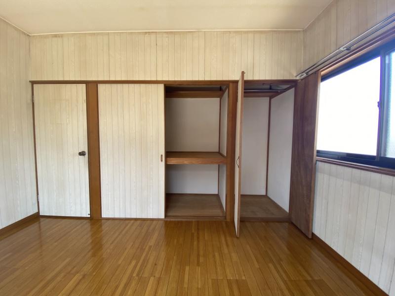 2階東側洋室。収納開口写真。