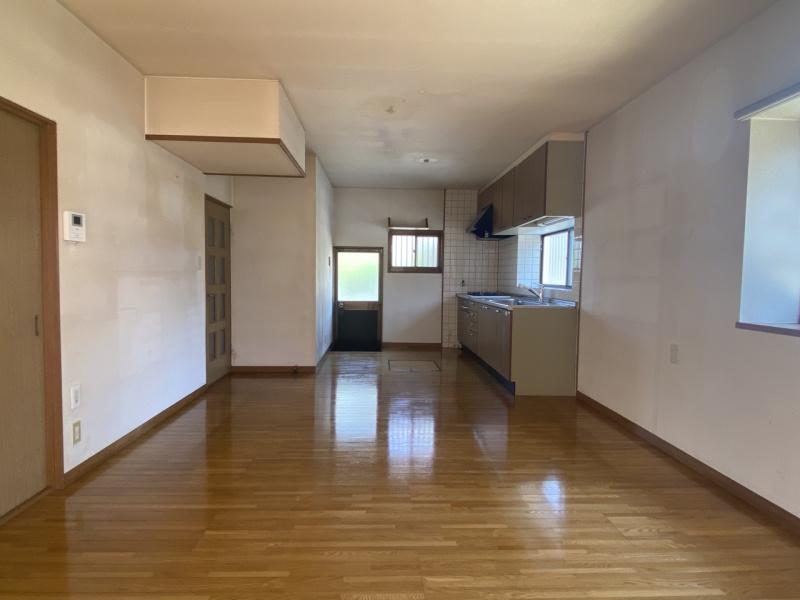 リビング・キッチン側。シンク前には手元が明るい窓。すぐ横にはゴミ出しに便利な勝手口があります。(居間)