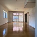 リビング・15畳。南側に約2.6mの大きな窓と東側に約1.6mの出窓があり明るいです。和室とつながっています。(居間)